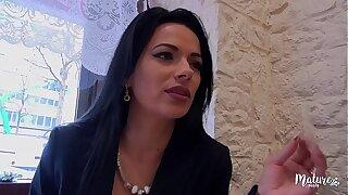 Cosmina, une mature sexy ferait make attractive pour le plaisir de laddie mari, même le tromper