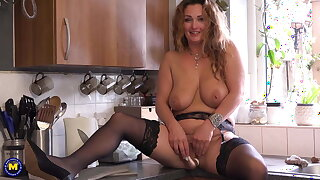 Sexy housewife feeding her cunt